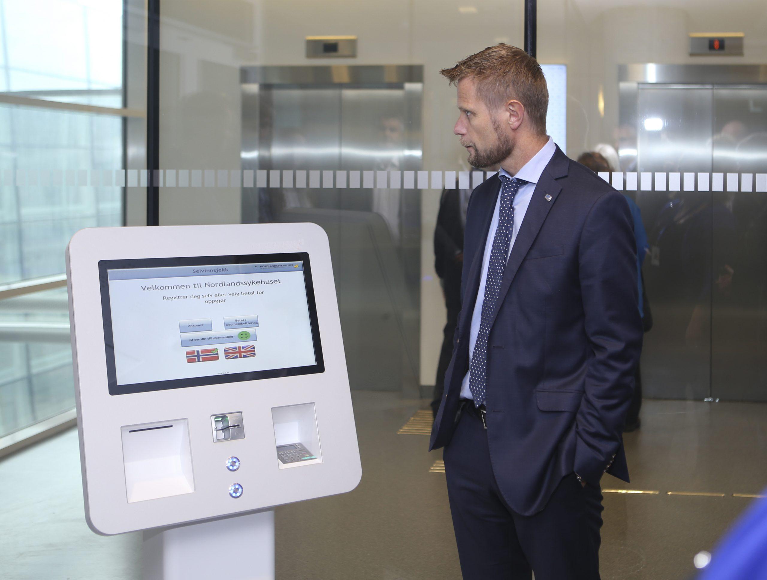 Procon PasientKiosker (PPK) og helseminister Bent Høie ved åpningen av Nordlandssykehusets nye ankomst- og betalingsløsning i Bodø i 2016.